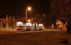Triebwagen 311 hält an der Orangerie für 10 Sekunden, wenn niemand aus- oder einsteigt. Etwa die Hälfte der Zeit dauerte die Belichtung (Februar 2005)