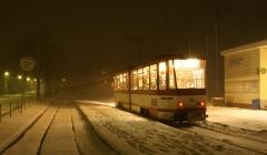Triebwagen 312 Das Bild zeigt die Endhaltestelle Tabarz. Auf der Strecke dorthin wird die Waldbahn ihrem Namen voll gerecht, was sich manchmal auch in der Witterung widerspiegelt. Zum Aufnahmezeitpunkt herrschte hier mittleres Schneetreiben. (Februar 2005)