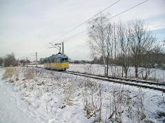 Triebwagen 401 unterwegs zwischen Waltershausen Gleisdreieck und Schnepfenthal. (28. Dezember 2004)