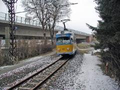 Triebwagen 401 an der Autobahnbrücke Leina. (28. Dezember 2004)