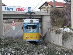 Triebwagen 442 an der Eisenbahnunterführung Sundhausen. (28. Dezember 2004)