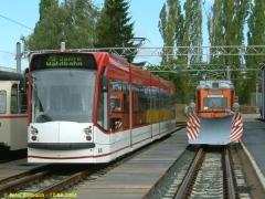 Triebwagen 636 (Combino) zu Gast aus Erfurt neben Tw 38 mit Schneepflug. (12.9.2004)