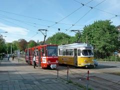 Nun ist wieder der Bahnhof erreicht. Einträchtig stehen Tatra- und DUEWAG Gelenkzug nebeneinander. Vom einstigen HO Hotel ist nur noch Baumbewuchs zu sehen.
