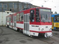Triebwagen 309 vor der Wagenhalle. (12. September 2004)