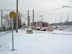 Triebwagen 309 bei der Ankunft am verschneiten Gleisdreieck Waltershausen. (27. Dezember 2004)