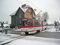 Triebwagen 312 passiert den BÜ in Schnepfenthal. (27. Dezember 2004)