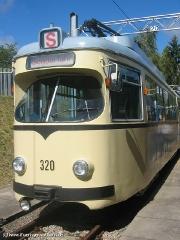 Triebwagen 320 ebenfalls neben der Wagenhalle. (12. September 2004)