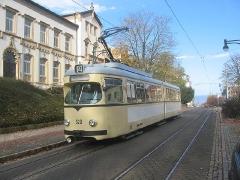 Triebwagen 320 in der oberen Bahnhofstraße. (5. November 2005)