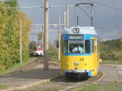 Triebwagen 528 am Gleisdreieck Walterhausen. Im Hintergrund TW 308. (16. Oktober 2004)