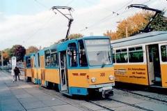Triebwagen 305 am Hauptbahnhof. (14.10.2002)