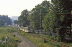 Tw 213 hat mit seinem Beiwagen die Endstation Tabarz verlassen und macht sich auf den knapp einstündigen Weg zum Gothaer Hauptbahnhof.
