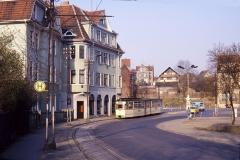 Gotha-Tw 210 hat am 17.03.1990 gerade den Hersdorfplatz überquert. Nach links zweigte bis 1985 die Linie 3 zum Friedhof ab.