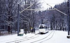 Weißer Wagen im Schnee: Tw 395 in Reinhardsbrunn.