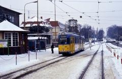 Tw 592 am Hauptbahnhof. Inzwischen wurde auch die verschneite Verbindung zwischen den beiden Gleisen benutzt.
